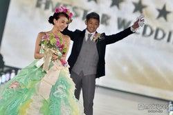 あびる優&才賀紀左衛門夫妻、ウェディング姿で公開キス&バージンロードに会場熱狂<関コレ2015A/W>