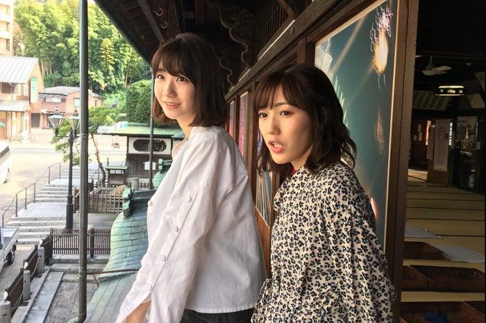 (右から)渡辺麻友、柏木由紀(C)TBS