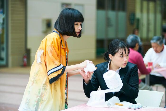 ヤオアイニン、大原櫻子/「びしょ濡れ探偵 水野羽衣」第2話より(C)テレビ東京