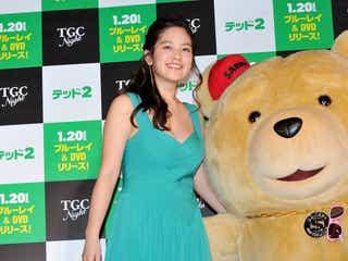 筧美和子、スリット入りSEXYドレスで登場<ファッションチェック>