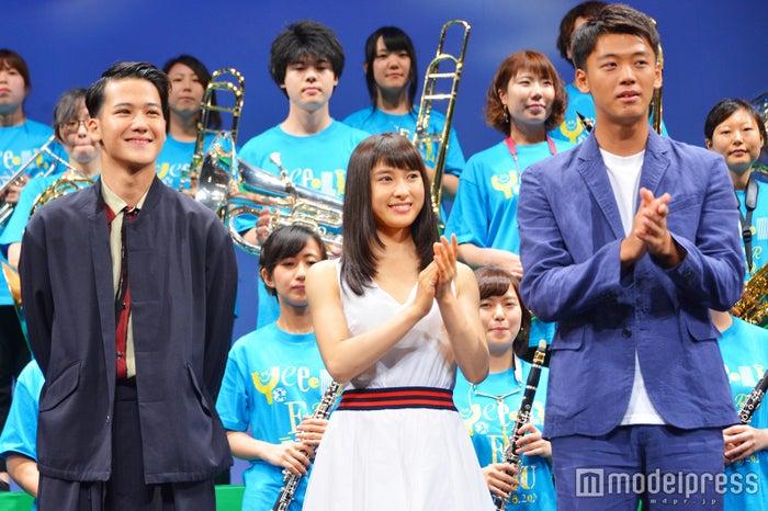 (左から)葉山奨之、土屋太鳳、竹内涼真(C)モデルプレス