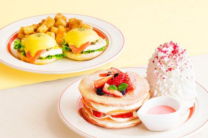 ミルクのミルフィーユパンケーキ税込1,630円、スモークサーモンとクリームチーズのエッグスベネディクト税込1,400円/画像提供:Eggs'n Things Japan