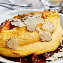 目の前でトリュフをスライス…恵比寿のビストロで今だけ味わえる、ふわとろ贅沢オムレツ!