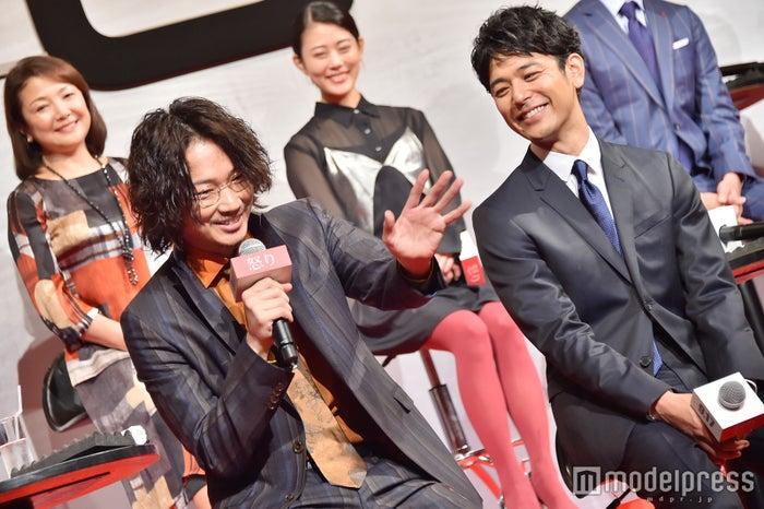 綾野剛、妻夫木聡を見つけてテレビに手を振る(C)モデルプレス