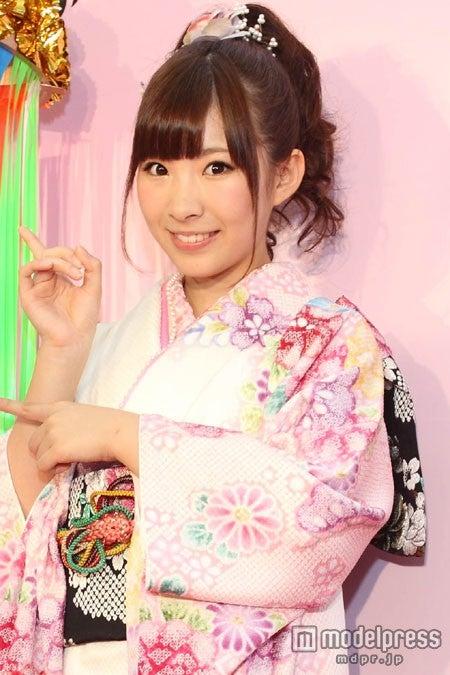 「『無人駅』フォトコンテスト」表彰式に登場した岩佐美咲