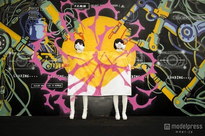 巨大壁画を新宿のど真ん中で披露したFEMM