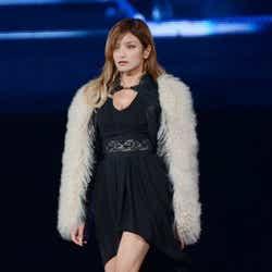 モデルプレス - ローラ、SEXYドレスで堂々ウォーキング 妖艶な表情に観客も釘付け