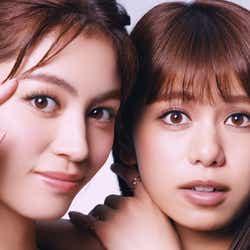 モデルプレス - E-girls楓&佐藤晴美が息ピッタリ 自然体の美しさで惹きつける