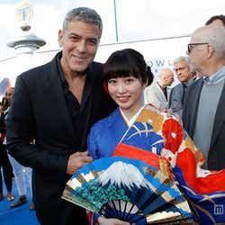 着物姿でハリウッド・プレミアデビューした志田未来と主演のジョージ・クルーニー/「トゥモローランド」(C)2015 Disney Enterprise,inc.All Rights Reserved.【モデルプレス】
