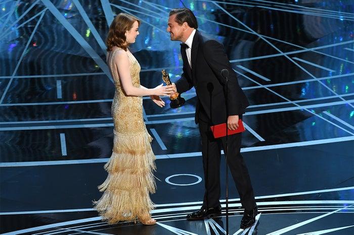 昨年、主演男優賞を受賞したレオナルド・ディカプリオからトロフィーを受け取るエマ・ストーン /photo:Getty Image