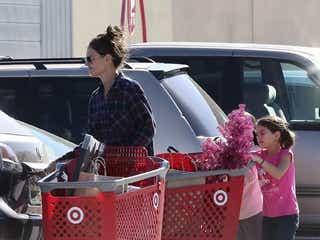 トム・クルーズ娘スリちゃんがピンクのツリーを購入