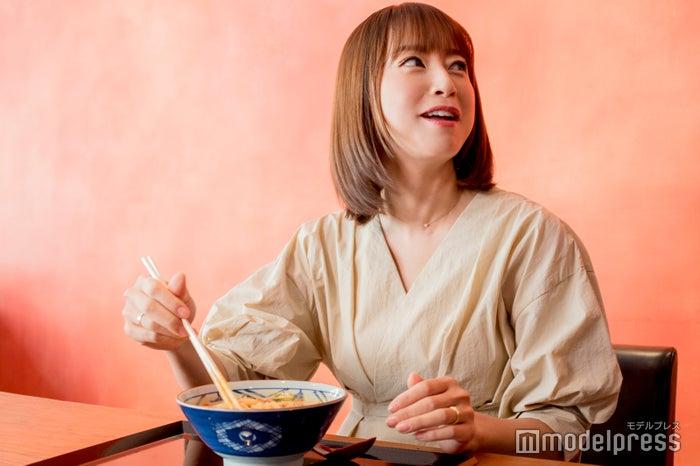 スタッフにも「これ美味しいよ!」と勧める鈴木亜美 (C)モデルプレス