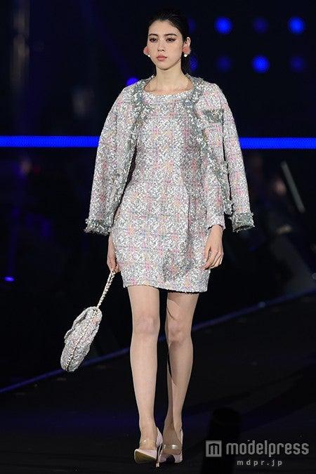 三吉彩花、ミニスカで圧倒的美脚アピール 妖艶なウインクにうっとり<TGC2015A/W>【モデルプレス】