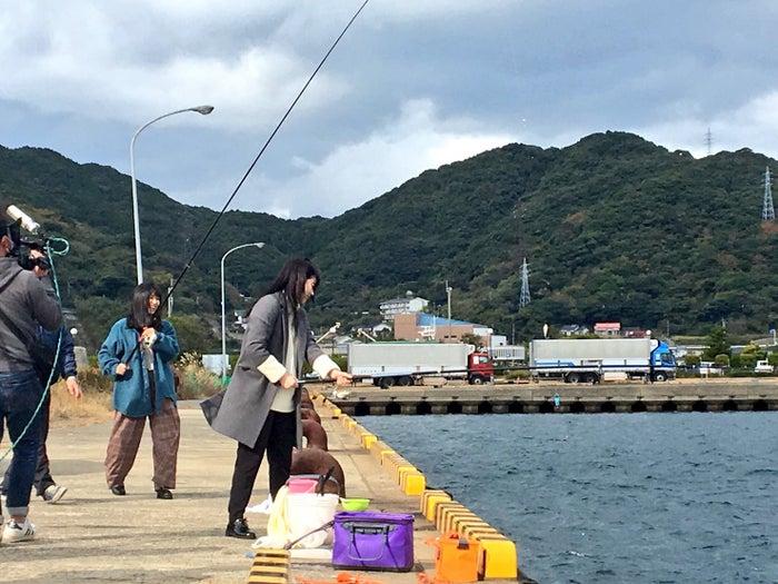 釣りを楽しむ長濱ねると齋藤冬優花(提供写真)
