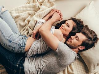 お家デートでしたい♡男性がドキッとする「可愛い添い寝」って?