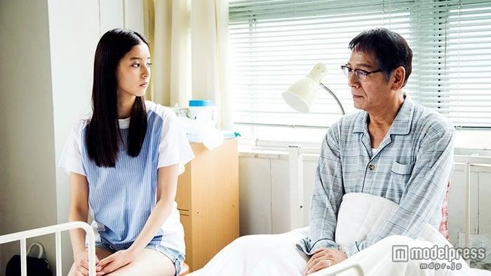 新木優子、大杉漣(C)「風のたより」製作委員会