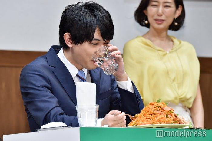 水分を摂る吉沢亮 (C)モデルプレス