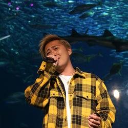 Da-iCE大野雄大、水族館で美声響かす CHEMISTRY川畑要もサプライズ登場