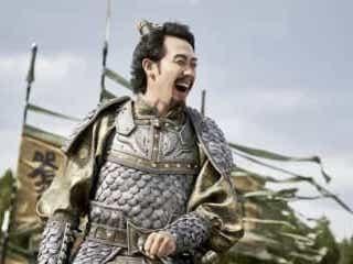 """大泉洋""""劉備玄徳""""が豪快に笑う!『新解釈・三國志』場面カット"""