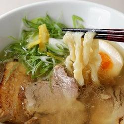 クセになる超極太麺!もちもち麺&滋味深きスープのコラボが新しい『自家製粉石臼挽き小麦 洛中その咲』