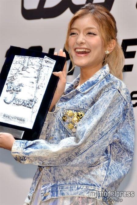 「ベストジーニスト2012」の協議会選出部門を受賞したローラ