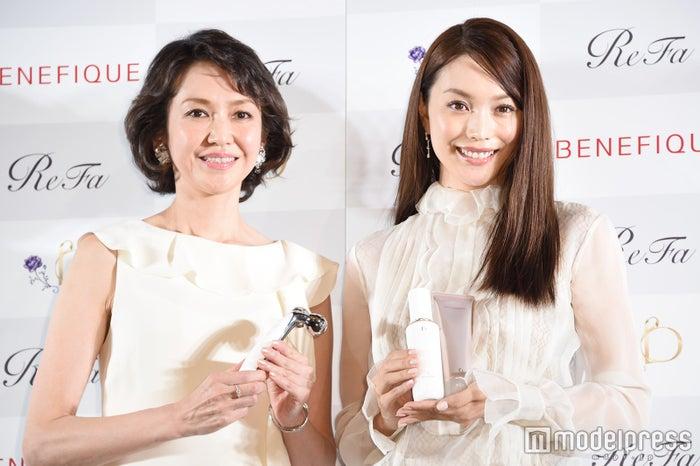 賀来千香子(左)と蛯原友里 (C)モデルプレス