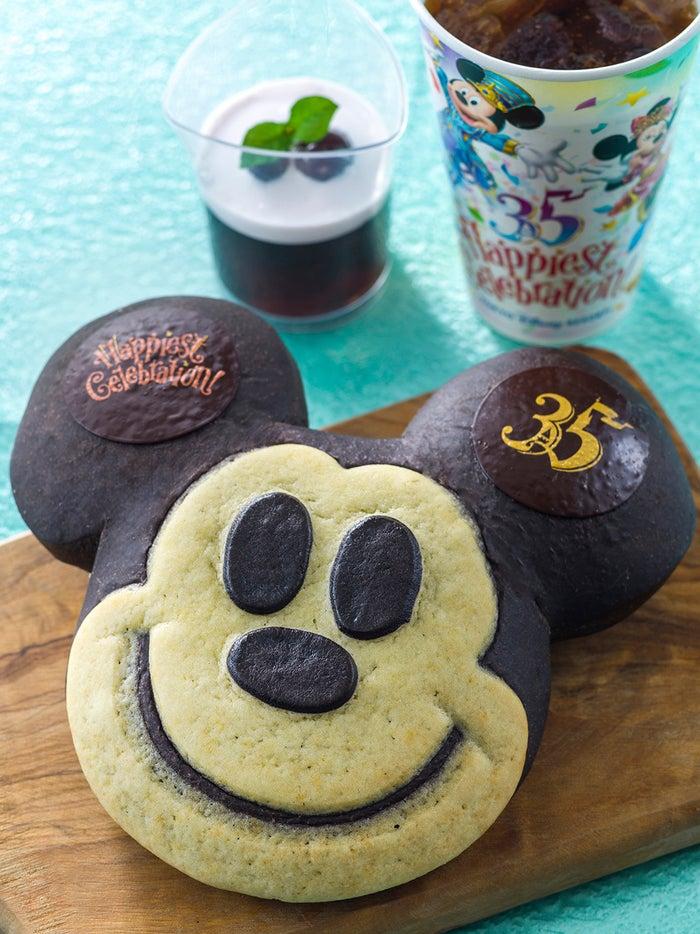 「東京ディズニーリゾート35周年グランドフィナーレ」スウィートハート・カフェのスペシャルメニュー/ミッキーパンなどのセット¥1,070 (C)Disney