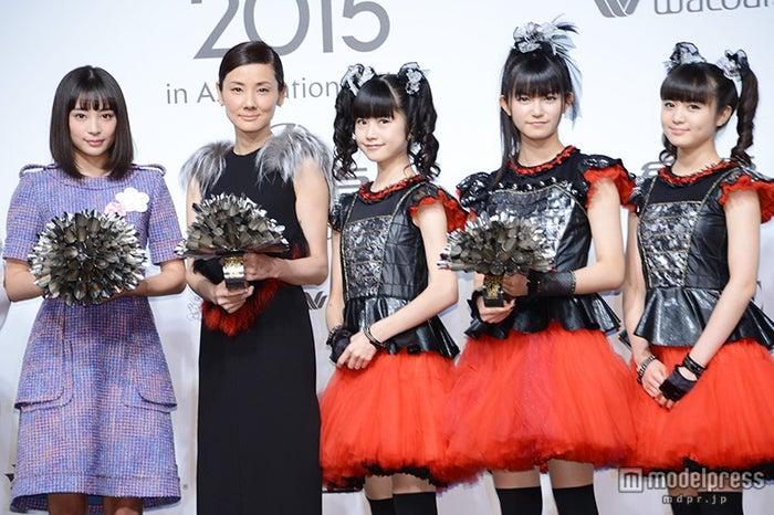 「VOGUE JAPAN Woman」を受賞した(左より)広瀬すず、吉田羊、BABYMETAL【モデルプレス】