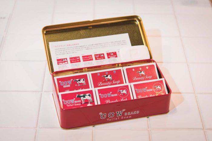 90年前のパッケージなど歴代パッケージ6種が入った歴代パッケージ缶