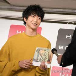 鈴木、お気に入りの写真を説明 (C)モデルプレス
