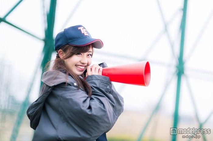 「笑顔で僕を励ましてくれる女子マネージャー」写真素材ぱくたそ/モデル 河村友歌