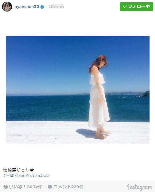 小嶋陽菜、海辺に佇む姿に「女神」と絶賛の声/Instagramより【モデルプレス】