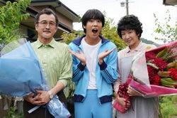 (左から)吉田鋼太郎、賀来賢人、瀬奈じゅん(C)日本テレビ