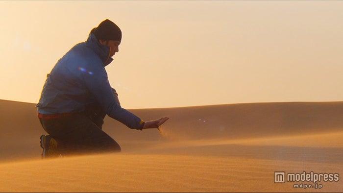 ナミブ乾燥地帯の過酷な環境を目の当たりにする福山雅治【モデルプレス】