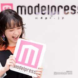 """今回もやっぱりモデルプレスのロゴを食べる""""さくちゃん""""(C)モデルプレス"""