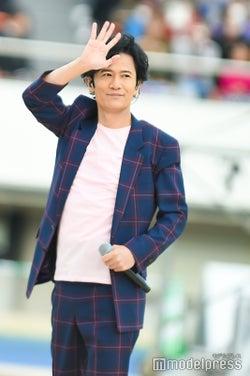 手を振る稲垣吾郎 (C)モデルプレス