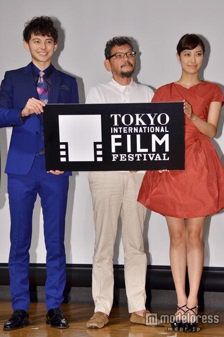 「第27回東京国際映画祭」記者会見(8月26日開催)の様子/【左から】ハリー杉山、庵野秀明氏、岡本あずさ