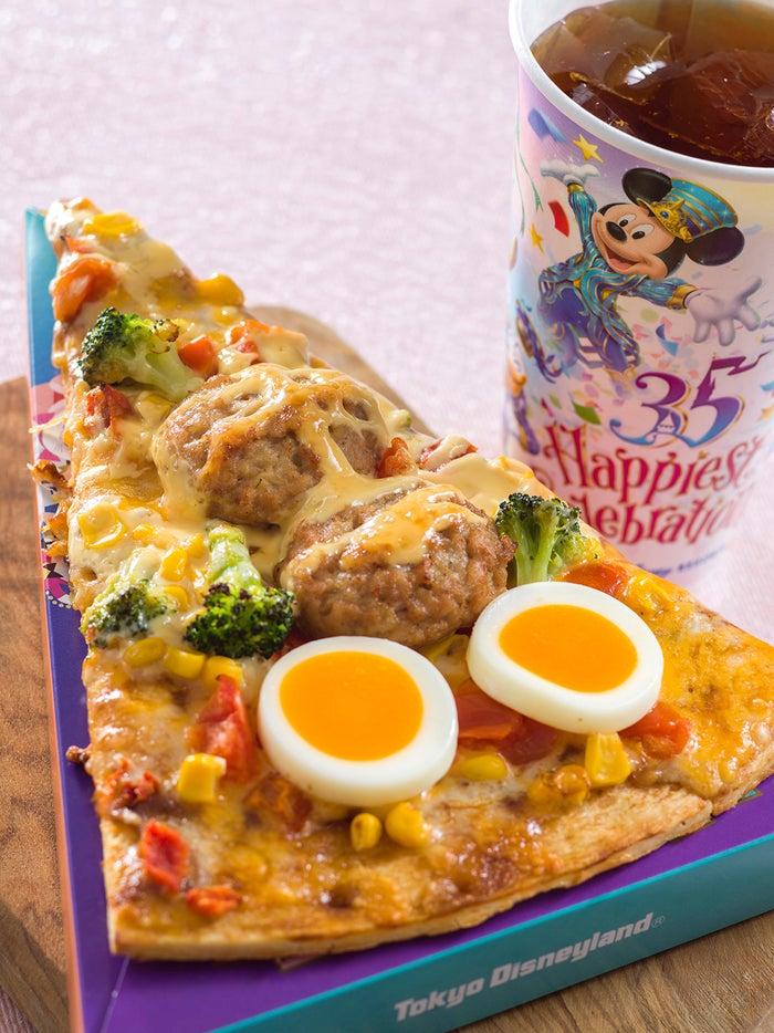 「東京ディズニーリゾート35周年グランドフィナーレ」キャプテンフックス・ギャレーのスペシャルメニュー/ピッツァ・スモールワールド(チキンハンバーグ&エッグ)¥760 (C)Disney