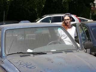 クリステン・スチュワートは洗車が苦手? 土ぼこりまみれの愛車にいたずら書き