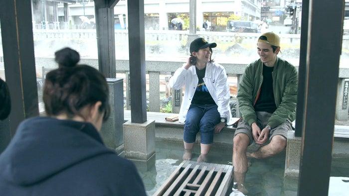 初期の足湯デート「TERRACE HOUSE OPENING NEW DOORS」5th WEEK(C)フジテレビ/イースト・エンタテインメント