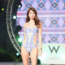 モデルプレス - マギー、美バスト&くびれあらわなSEXY水着でアジアを魅了