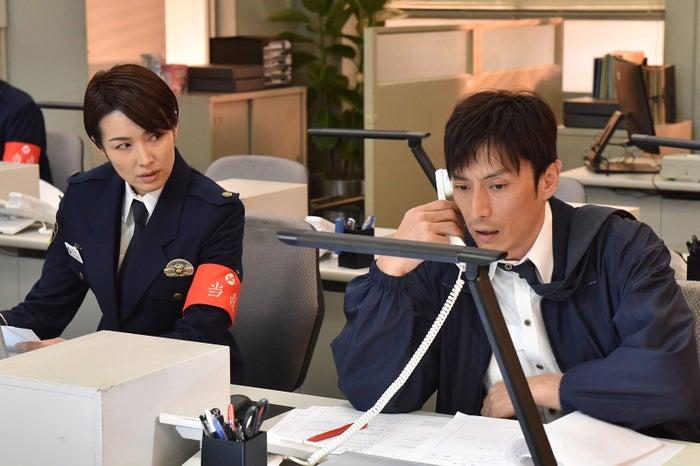 吉瀬美智子、伊勢谷友介「未満警察 ミッドナイトランナー」第2話より(C)日本テレビ
