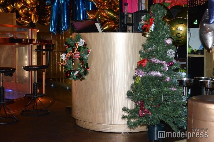 クリスマス仕様の会場(C)モデルプレス