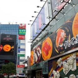 26日からの自粛要請緩和にも期待 スシローの渋谷ジャックが話題に 新型コロナによる様々な影響下だからこそ、すしで笑顔一杯にしたいスシローの想いとは…