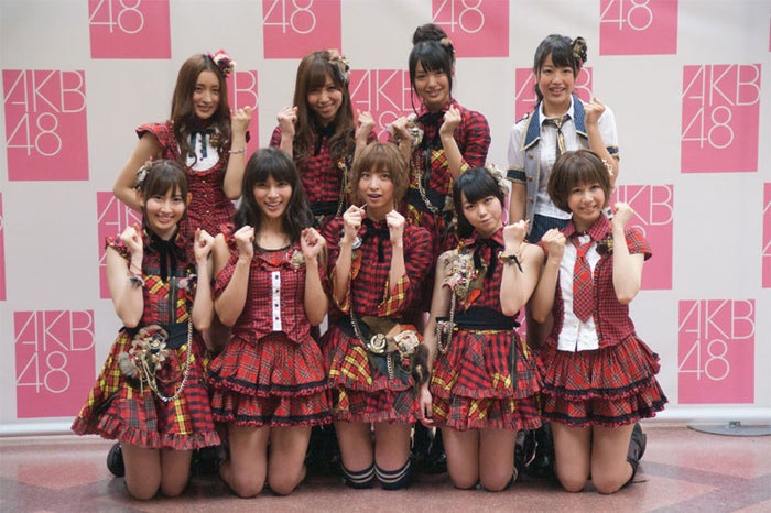 AKB48 24thシングル選抜メンバー(上段左から:梅田彩佳、河西智美、北原里英、桑原みずき 下段左から:小嶋陽菜、秋元才加、篠田麻里子、峯岸みなみ、大家志津香)※18歳未満のメンバーはフォトセッションに参加せず