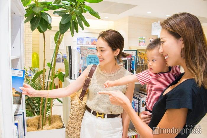 春名亜美さん、中川ジュリさん(C)モデルプレス