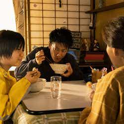 佐藤健ら(C)2021映画「護られなかった者たちへ」製作委員会