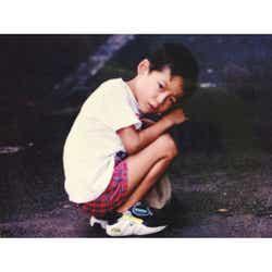 モデルプレス - 坂口健太郎、大みそかに幼少期ショット公開「すでにイケメン」「もう俳優の表情」