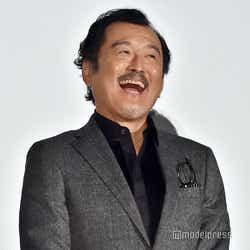 歓声を浴び、笑顔の吉田鋼太郎(C)モデルプレス