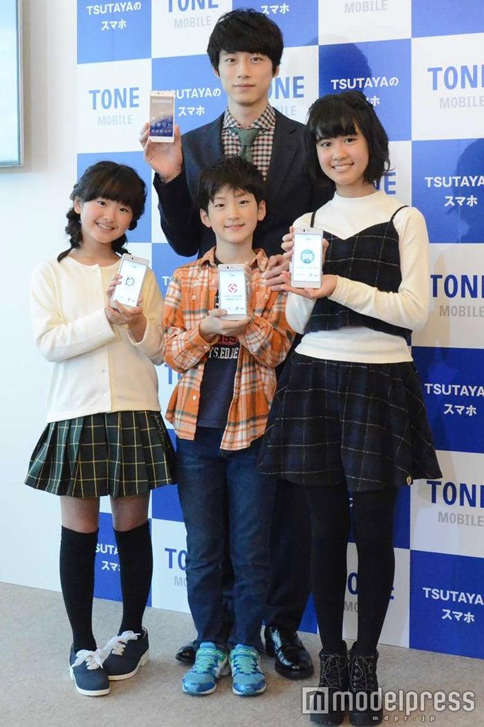 坂口健太郎と子どもたち (C)モデルプレス